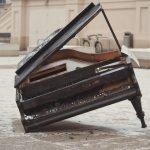 פסנתר שבור בשלג