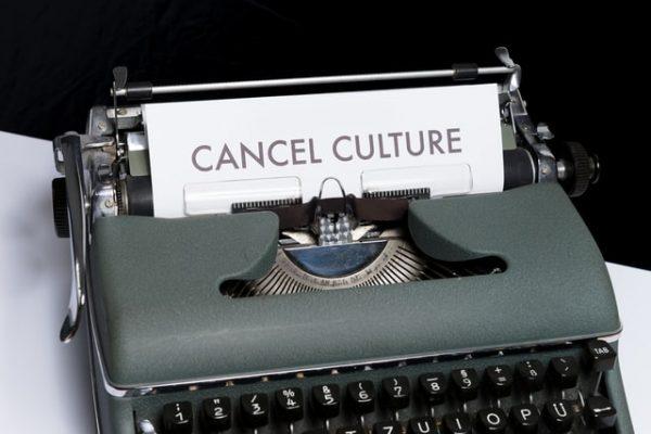 מדפסת עם דף שרשום עליו תרבות הביטול