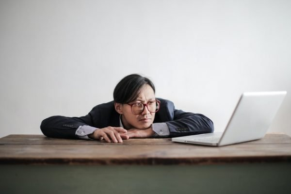 איש יושב מול המחשב