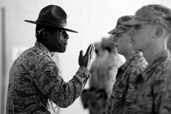 מפקד מול החיילים בצבא