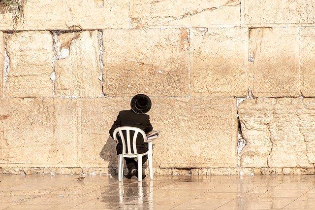 חרדי מתפלל בכותל